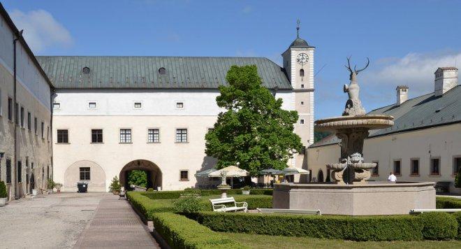 Červený_Kameň_(Bibersburg,_Vöröskő)_-_courtyard